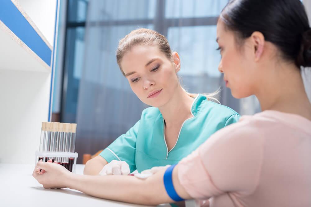 pielegniarka pobierająca krew pacjentce