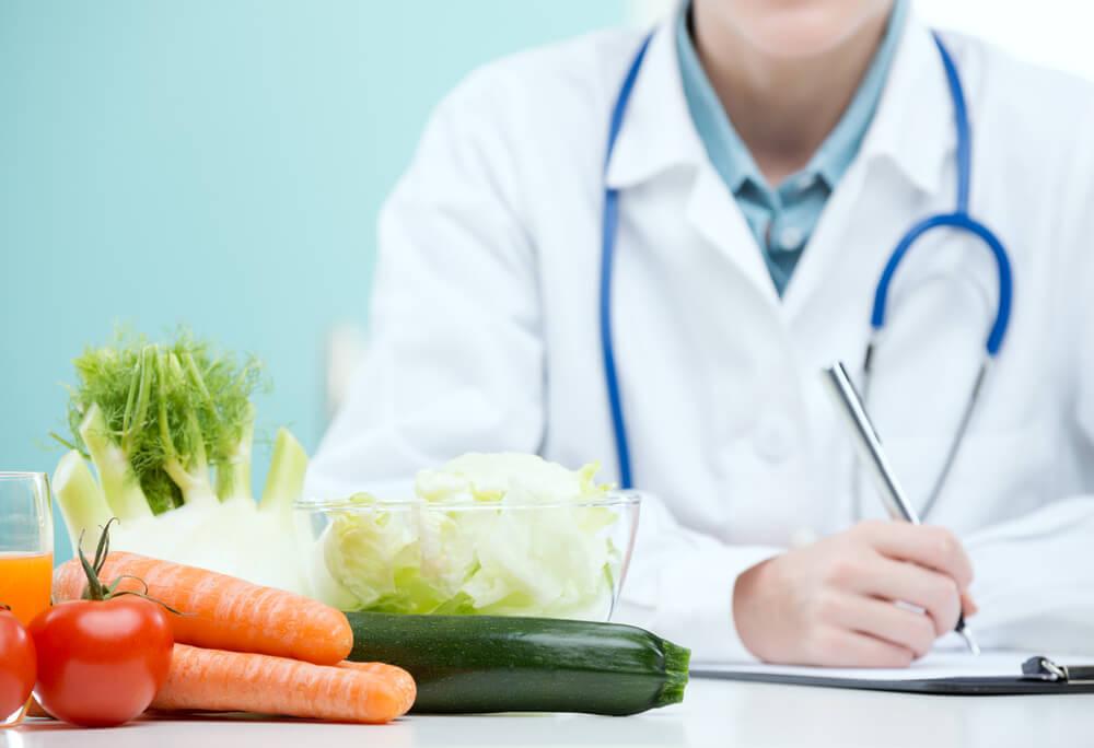 lekarz pomagający rozpisać plan żywieniowy