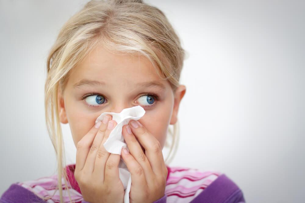 dziecko przykładające chusteczkę do nosa